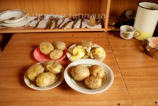 Сварены картофелины всех четырех сортов.