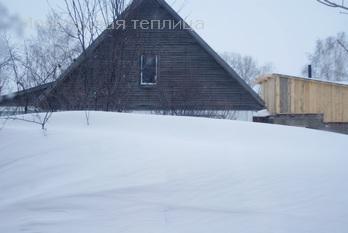 Под этим снежным барханом не видны 2  яблоньки.